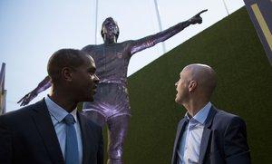 El FC Barcelona ha inaugurado esta tarde la estatua realizada en homenaje a Johan Cruyff, en la esplanada del Camp Nou.