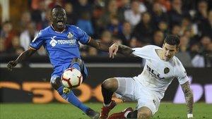 El central togolés Djené disputando un balón frente el Valencia CF