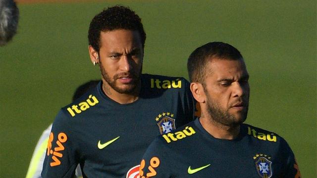 Dani Alves, exultante tras ser nombrado capitán de Brasil en detrimento de Neymar
