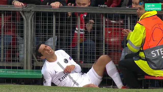 ¡Duele de verlo! El brutal impacto de Di María contra una valla de Old Trafford tras el empujón de un rival