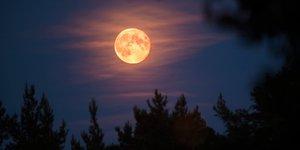 Hora, lugar y cómo ver el eclipse Luna de fresa
