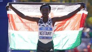 Keitany posa con la bandera de su país tras ganar en Nueva york