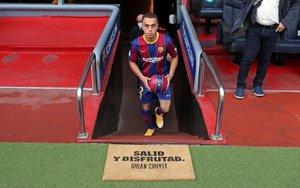 Las imágenes de la presentación oficial de Sergiño Dest en el Camp Nou.