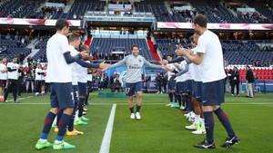 Los jugadores del PSG hicieron el pasillo de honor a Maxwell