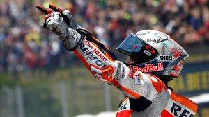 Márquez celebrando la victoria en Montmeló