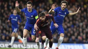 Messi supera a Azpilicueta y Cesc durante el Chelsea-Barça de la Champions 2017/18
