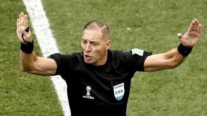 Néstor Pitana durante el partido de cuartos de final entre Uruguay y Francia