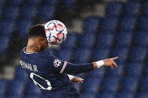 Neymar remata un balón con la cabeza durante el partido de la UEFA Champions League entre el Paris Saint-Germain (PSG) y el Manchester United en el Parc des Princes en Paris.
