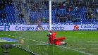 El portero del Albacete no evita el gol... ¡y se parte la nariz!