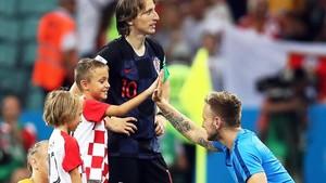 Rakitic lo celebra con los hijos de Modric