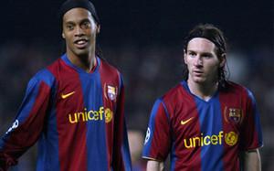 Ronaldinho, junto a Messi durante su etapa en el Barça