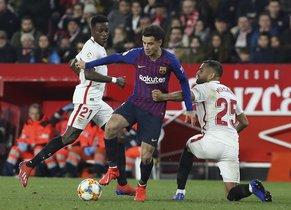 Sevilla FC, 2 - FC Barcelona, 0, Philippe Coutinho disputando el balón.