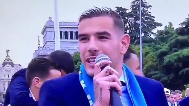 Theo Hernándfez se acuerda del Atlético de Madrid durante la rúa