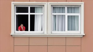 Uno de los miembros del Fuenlabrada se asoma por una ventana del hotel