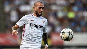 Aleix Vidal en un partido con el Sevilla