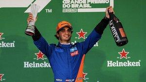 Carlos Sainz, en un improvisado podio