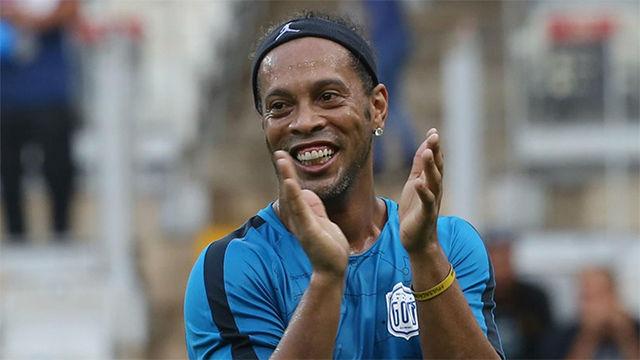 La grada alucina y no es para menos: la magia de Ronaldinho sigue intacta