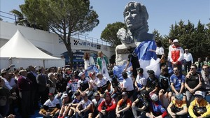 Un gran busto de Nieto preside la entrada del circuito de Jerez