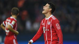 James Rodríguez se lamenta por una ocasión perdida durante un partido de la Bundesliga entre el Bayern Múnich y el Schalke 04