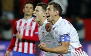 Kevin Gameiro (i) celebra su gol, primero del equipo, con su compañero polaco Grzegorz Krychowiak