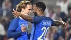 Lacazette, celebrando un gol con Griezmann en la selección francesa