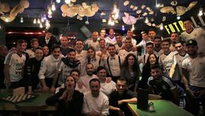Leo Messi junto a sus compañeros de selección en un restaurante de Barcelona