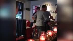 De Ligt y De Jong comen en un restaurante... ¡Entre camisetas de Messi!