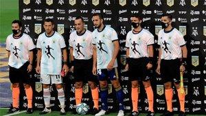 Los capitanes de Boca y Newells y los árbitros del encuenro salieron al campo con la camiseta de Argentina en homenaje a Maradona