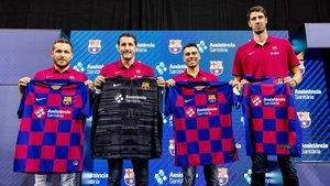Los cuatro capitanes con las camisetas con el nuevo sponsor