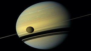 La luna de Saturno parece alejarse del planeta