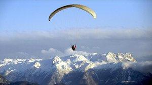 Un parapentista español sigue perdido en el Himalaya