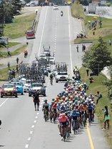 El peloton compite en la tercera etapa del Tour Colombia 2.1 ayer jueves entre entre Paipa y Sogamoso (Colombia).