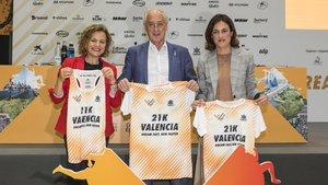 Pilar Bernabé, concejala de Deportes del Ajuntament de València; Paco Borao, presidente de la SD Correcaminos; y Elena Tejedor, directora de la Fundación Trinidad Alfonso.
