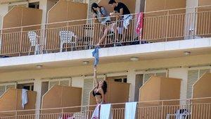 El primer balconing del verano provoca risa... y también dolor