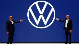 Ralf Brandstätter, CEO de Volkswagen Passenger Cars, y Jürgen Stackmann, jefe de marketing de Volkswagen, presentando el nuevo logo.