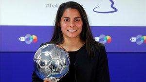 Robles, con el trofeo a la mejor jugadora latinoamericana