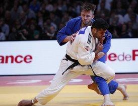Sagi Muki de Israel (blanco) en acción con Dominic Ressel de Alemania (azul) durante la final de judo masculina -81kg, durante el torneo de judo de Grand Slam de París.