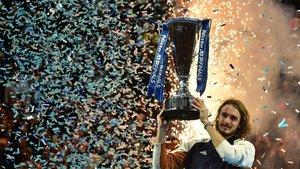 Tsitsipas posa con el trofeo de campeón