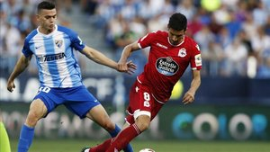 Vicente Gómez intenta zafarse de la presión de Jack Harper