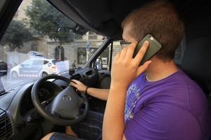 Un coductor con el móvil
