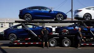 Camión de transporte lleno de Tesla Model 3.