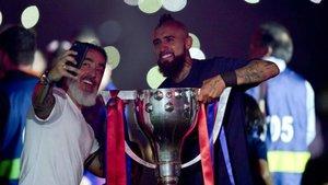 Arturo Vidal festeja su primera Liga con el Barça; ahora busca la segunda