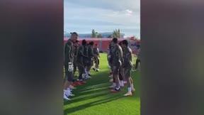 ¡Collejas para Luis Suárez en su primer entrenamiento con el Atlético de Madrid!