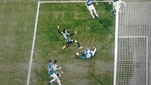 Éste es el momento en el que Lucas Torreira intercepta el balón con las dos manos