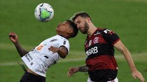 El fútbol en Brasil, aquí un At. Mineiro-Flamengo, en jaque por el covid-19