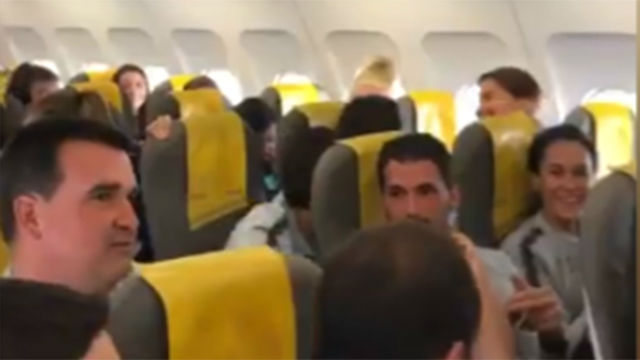 ¡Hasta el piloto del avión felicitó al Barça! Momentazo en la vuelta de la expedición del femenino