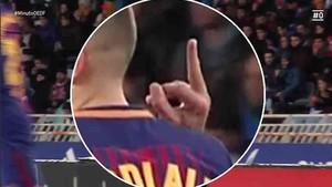 A Jordi Alba le cazaron haciendo una peineta