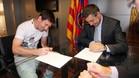 Leo Messi y Josep Maria Bartomeu, en la firma del último contrato del astro argentino
