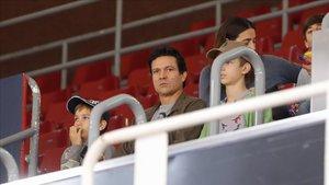 Litmanen con sus dos hijos presenciando el Barça - Voltregà