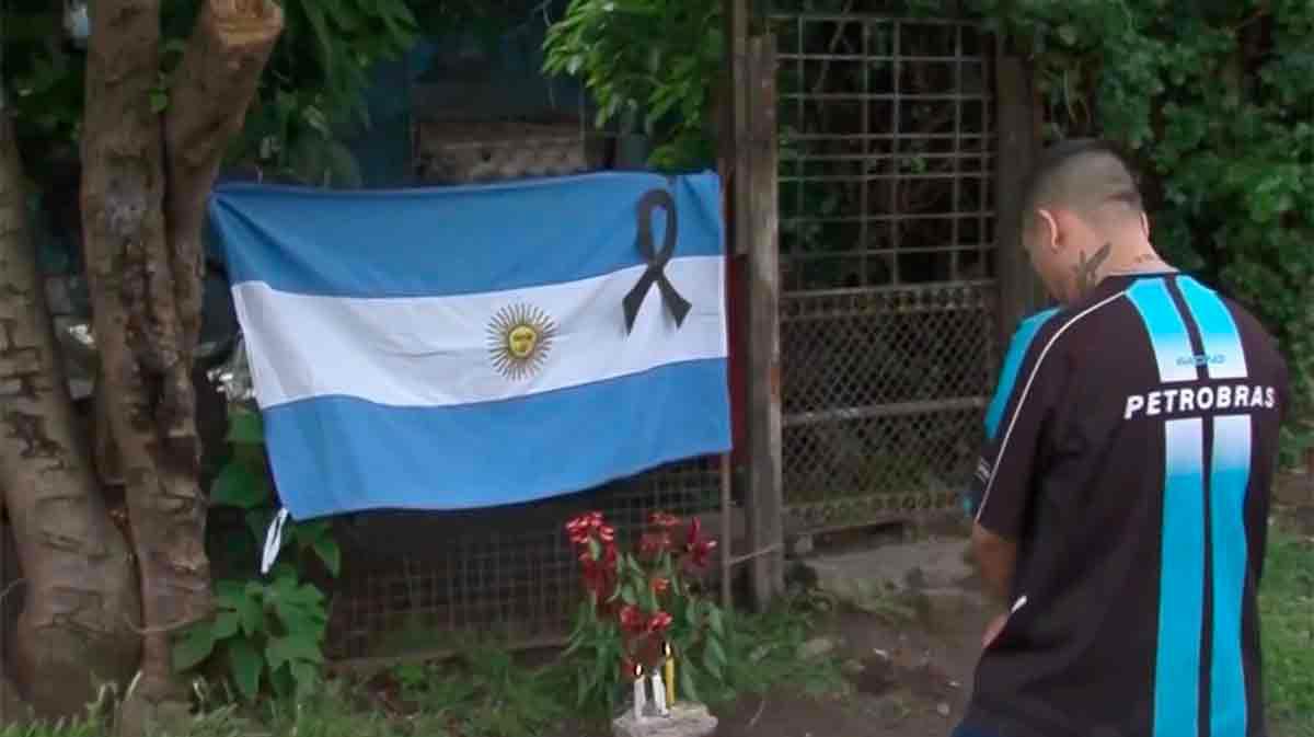 Los aficionados en los alrededores de la casa donde Maradona vivió su niñez en Fiorito